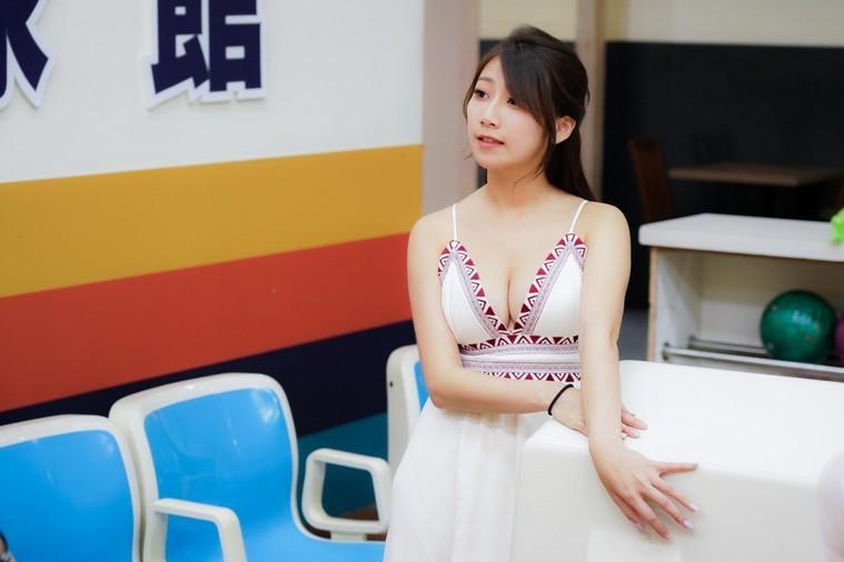 爆乳齊B小短裙辣妹打保齡球(47圖)